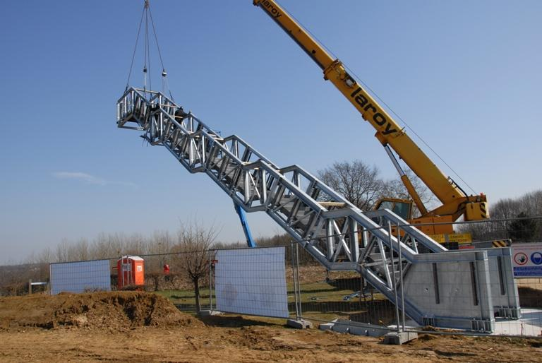 The structure was fully prefabricated and assembled on site section by section in just half a day / Close to the Bone