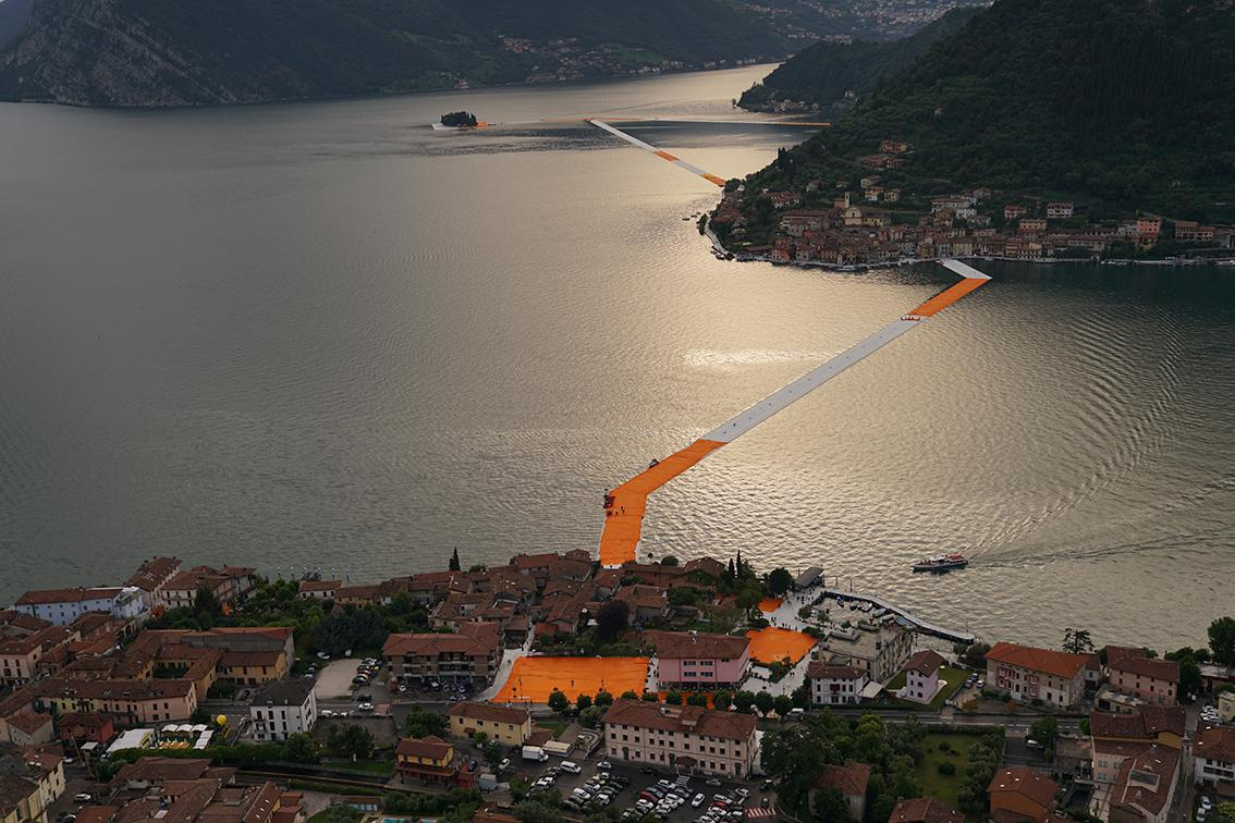 The 3km-long installation stretches from the commune of Sulzano to the island of San Paolo / Wolfgang Volz