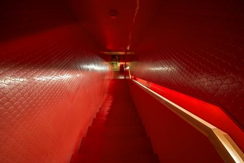 "The ""red passage"" takes the form of a narrow staircase / Museum of Apoxyomenos"