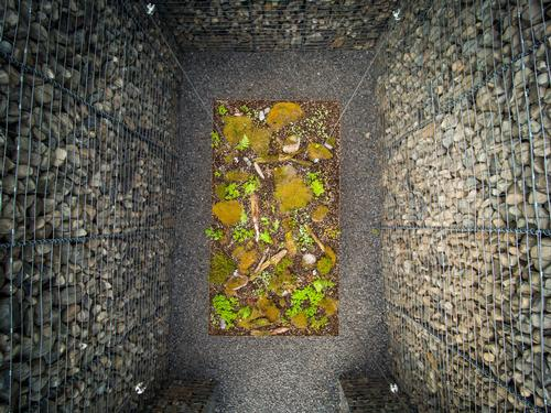 Le Caveau by Christian Poules is made of stone gabions and earth / International Garden Festival