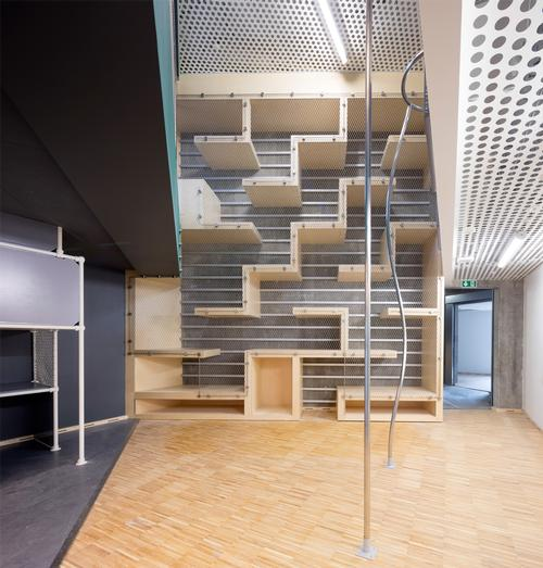 A labyrinth connects two floors / Adam Mørk