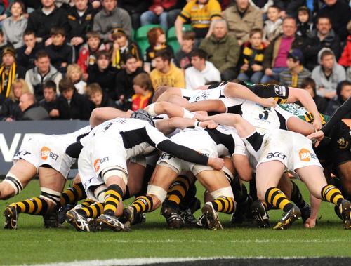London Wasps and Northampton Saints scrum up during a Saints vs Wasps Premiership match / Daniel Goodings / Shutterstock.com