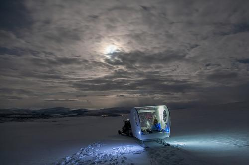 The bubble features a thermostat-controlled heating system which keeps it warm and is filled with bean bags, reindeer skins and a sleeping kit / Kilpissafarit