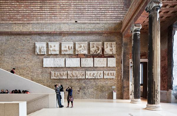 The central hall in the Neues Museum was destroyed. Historic plaster casts have been restored and repaired and a new staircase added