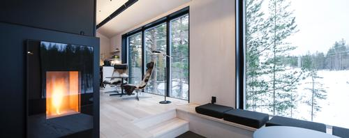 Large windows provide viewing points throughout the cabin / Johan Jansson