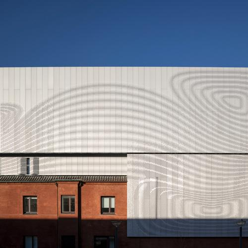 Recycled beer cans have been sued for the lightweight facade / Adam Mørk