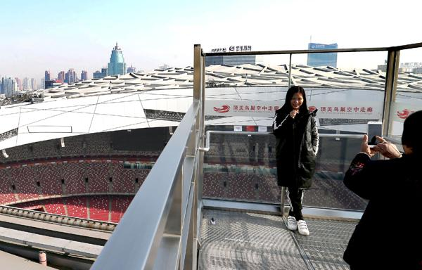 Forty sports enthusiasts became the first visitors to the rooftop walkway at the weekend / China Daily
