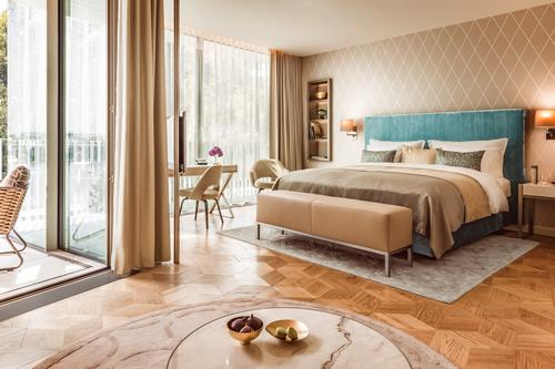 Warm colours and parquet wood flooring create a feeling of brightness in the guest rooms / The Fontenay