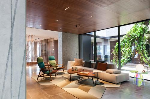 The designers have developed airy lounge areas that integrate the interior and exterior of the accommodations / Patricia Parinejad