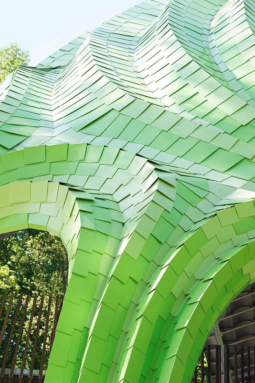 Around 7,700 aluminium shingles have been used, each painted one of four shades of green taken from nature 'and pushed to the point of artificiality' / Zahler