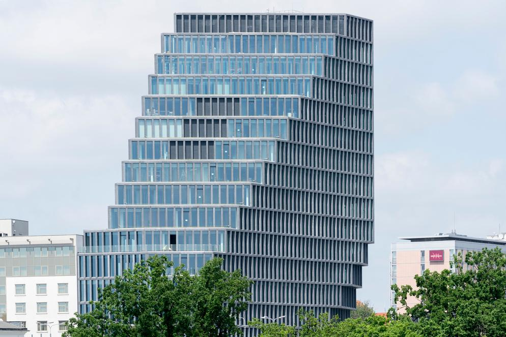 The building is slimmer towards the top and respective of neighbourhood height restrictions / Ossip van Duivenbode