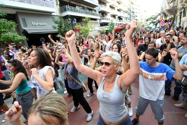 Communal events, like street zumba, encourage movement and socialising / Photo: SHUTTERSTOCK/ Ververidis Vasilis