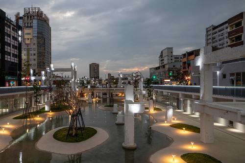At night, the urban lagoon and park is illuminated / Daria Scagliola