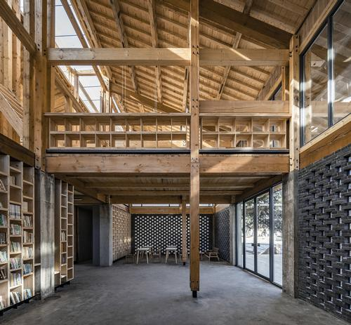 A mixture of grey and glass bricks contribute natural light into the building / Jin Weiqi