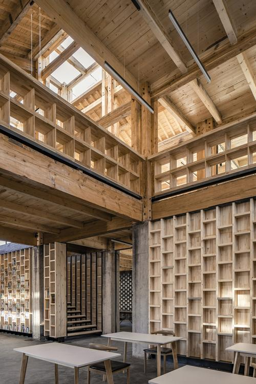 Shelving elements are also constructed from wood / Jin Weiqi