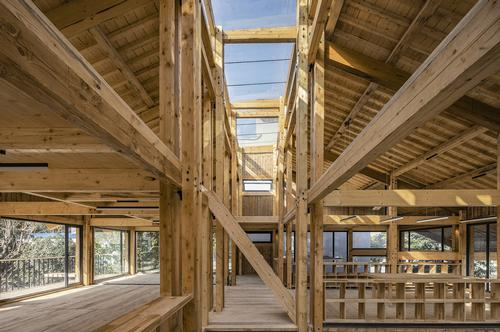 A seam of skylights runs down the ceiling of the building / Jin Weiqi