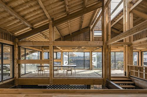 Interior glazing allows light to filter through the building / Jin Weiqi