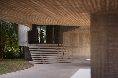 It hovers over the existing garden of the Nubuke Foundation / Julien Lanoo