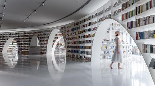 The bookshelves display the books on offer and shape the space / CreatAR Images