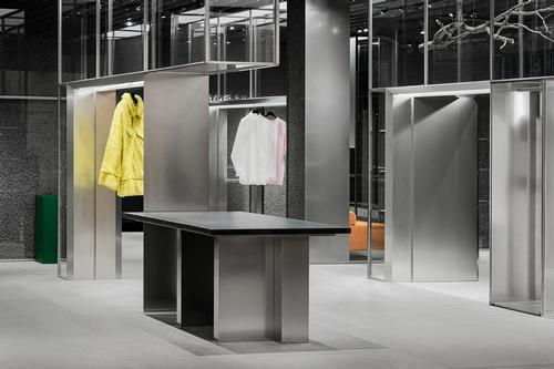 Steel frames are used in place of the rails used in typical clothes stores
