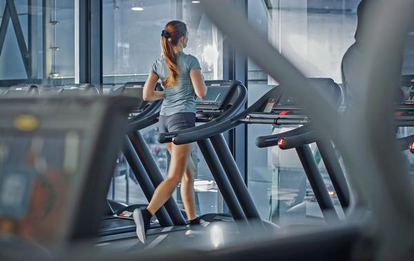 Despite more flexible working arrangements, most people continue to exercise at peak times / Shutterstock / Gorodenkof