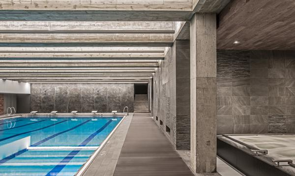 Midtown Chicago features an indoor and an outdoor pool. Hotel guests have access to all facilities
