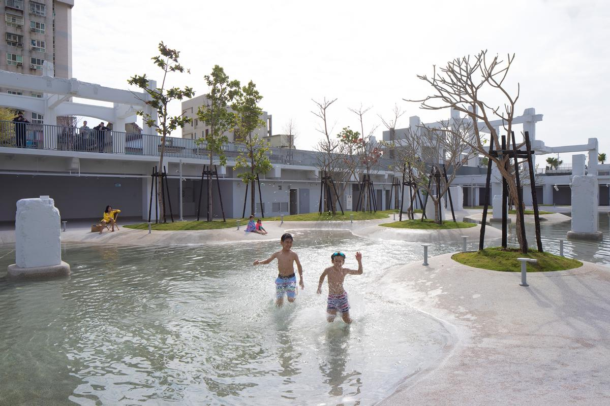 The space is newly landscaped with an urban pool and green areas / Daria Scagliola
