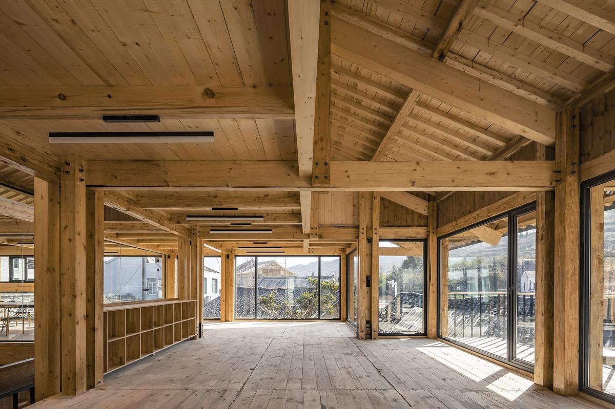 French windows provide fill the upper level with light / Jin Weiqi