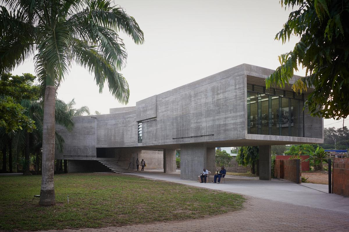 The new gallery is a concrete-built, single-room volume raised up on pillars / Julien Lanoo