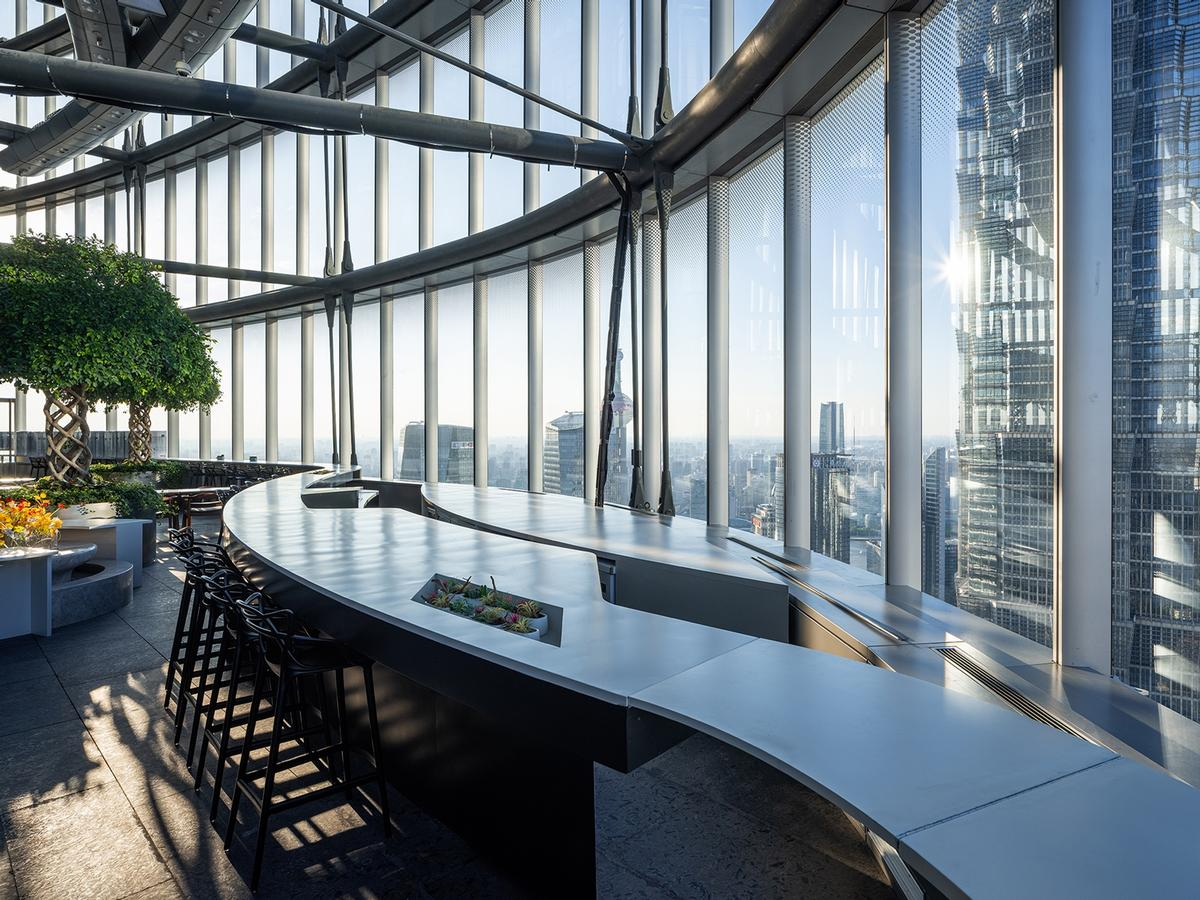 Floor-to-ceiling windows that draw the sky and the cityscape into the space / CreatAR Images