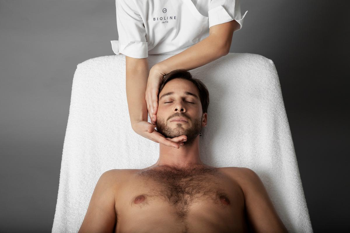 The treatment consists of three stages: enveloping manual gestures to ease tension, lymphatic drainage techniques to prepare the skin to absorb products and firming touch movements / Bioline Jatò