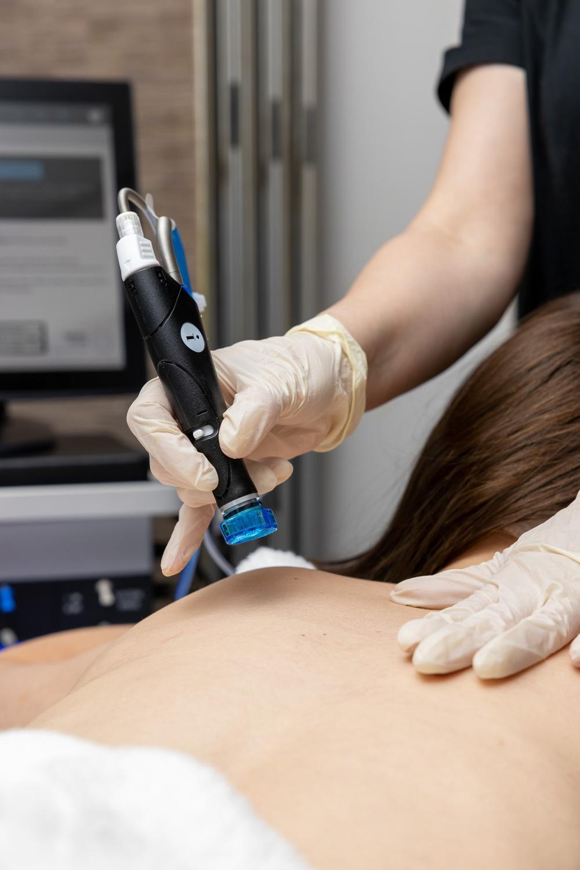 The HydraFacial Elite device treats the face, scalp and body / HydraFacial, 2021