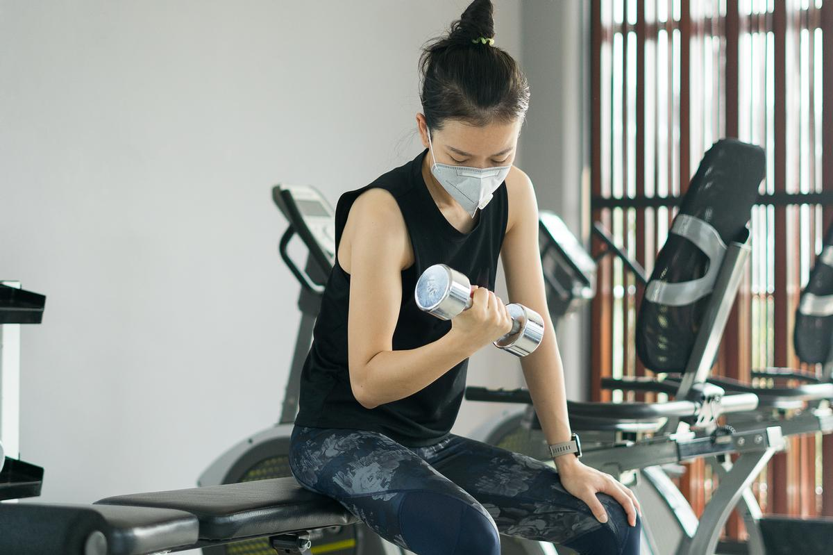 The Hong Kong government has now mandated mask-wearing in gyms while exercising / Shutterstock/theskaman306