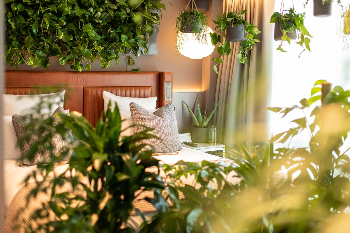 La Chambre Verte encourages guests to unwind in the green space while observing nature's beauty, to feel stress levels reduce, happiness increase and enjoy a better night's sleep / Kimpton Blythswood Square Hotel