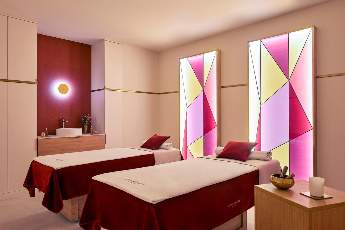 Each of the seven treatment rooms – including one for couples – has been completed with a softly backlit feature wall / Sylbain Bardin