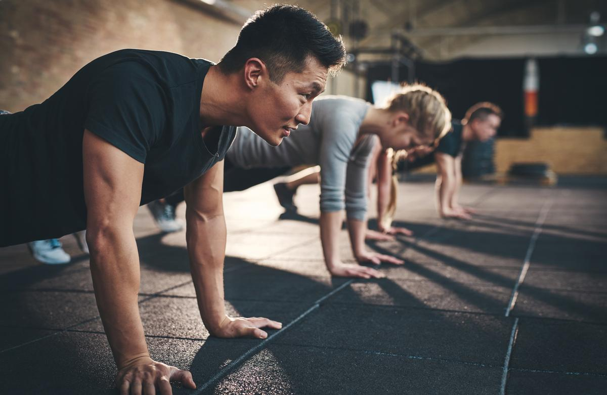 Men spend 6.9 hours per week doing exercise, women spend 5.4 hours per week / Shutterstock/Flamingo Images