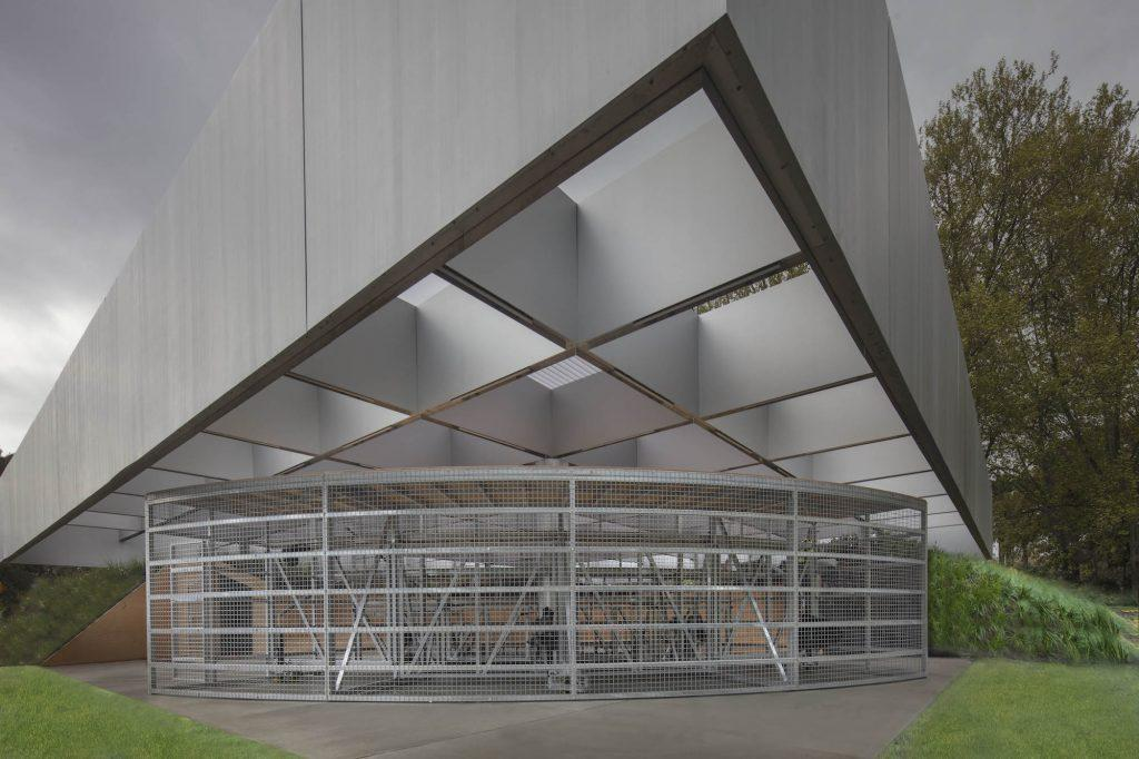 Inspired by ancient amphitheatres, the MPavilion 2017 is shaped by two tiered grandstands – one fixed and the other rotatable / John Gollings