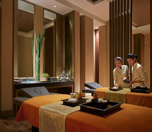 Spa suites and treatment rooms include their own private bath, shower, steam, relaxation lounge and changing and vanity areas / Shangri-La
