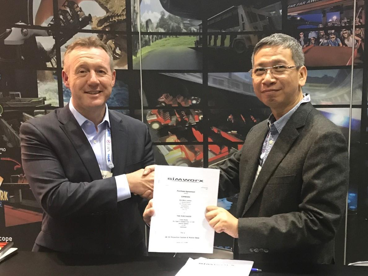 Simworx MD Terry Monkton (left) and Trans Studio chairman Chairal Tanjung announced the Immersive Superflume at IAAPA 2017