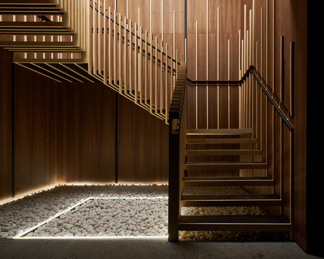 A lightweight floating timber staircase is the centrepiece of the space / Yen