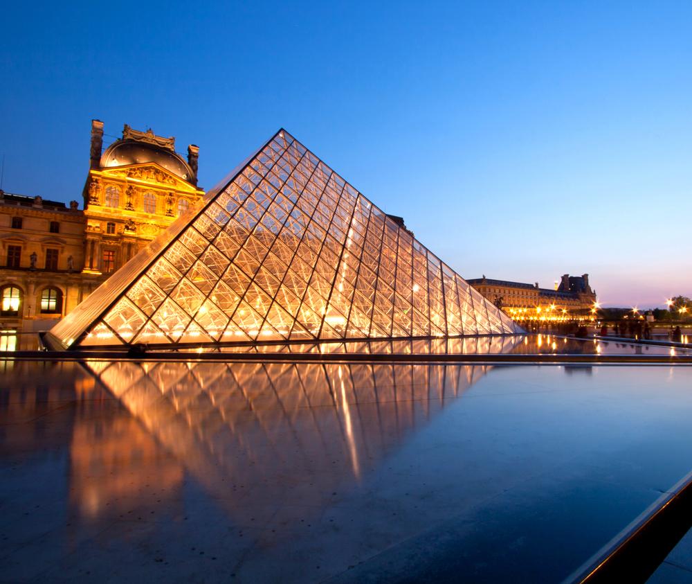 Louvre at dusk / Vichie81/shutterstock.com