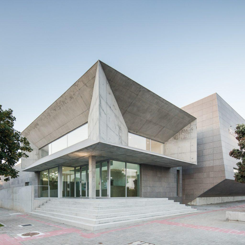 The entrance doorways are topped by a rectangular structure, whose windows see diagonal lines draw the eye to them, creating yet more of a pointed focus to the building