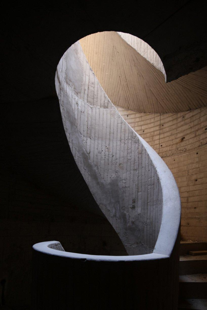 A spiral staircase will lead to a lookout point on top of the sand dune / Xia Zhi