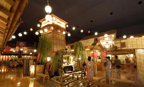 At Ooedo-Onsen-Monogatari, there is a traditional-style street with attractions based on the days when Tokyo was known as Edo / Ooedo-Onsen-Monogatari