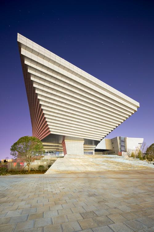 The building's upper section is stepped out to mirror the steps below / Atelier Alter