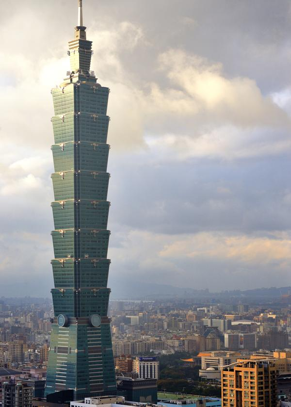 "4,000 people enter the Taipei 101 tower run. The climb is 391m/91 floors. The race record is 10'29"" (male) 12'38"" (female) / Sean Pavone/shutterstock.com"