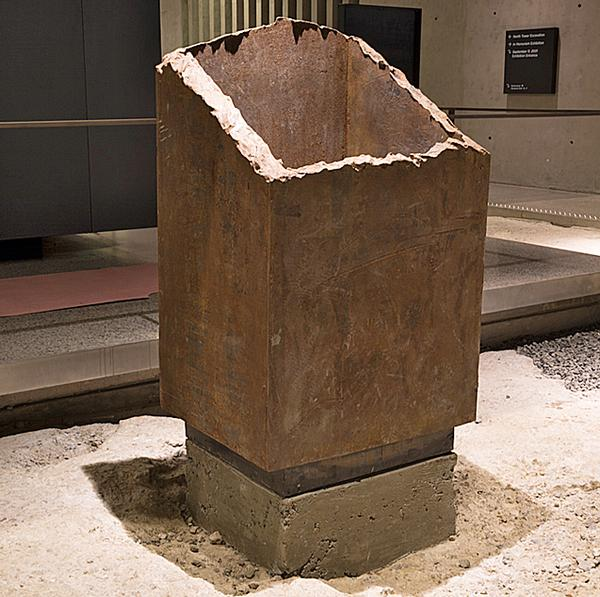 A standing box column / © jin lee