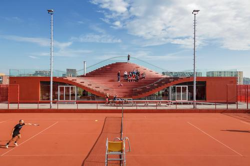 The clubhouse was sprayed in a polymer giving it the same colour and texture as the courts / Daria Scagliola & Stijn Brakkee