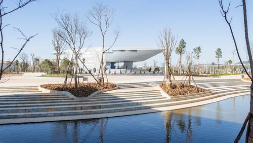 The museum sits in an extensive area of hard landscaping / Atelier Alter