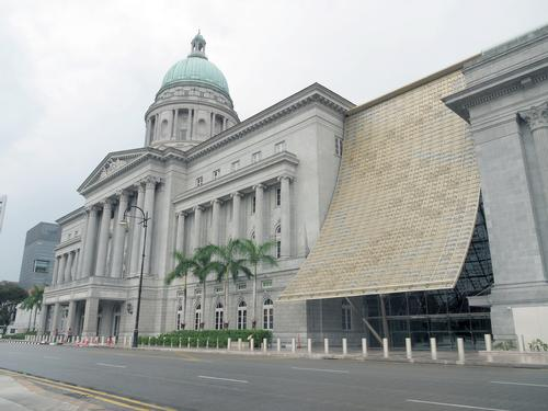 A canopy of 15,000 golden aluminum panels connects the two heritage buildings / Singapore National Gallery
